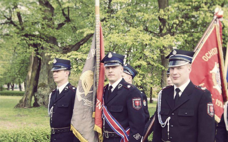 Strażacy ochotnicy ze sztandarem
